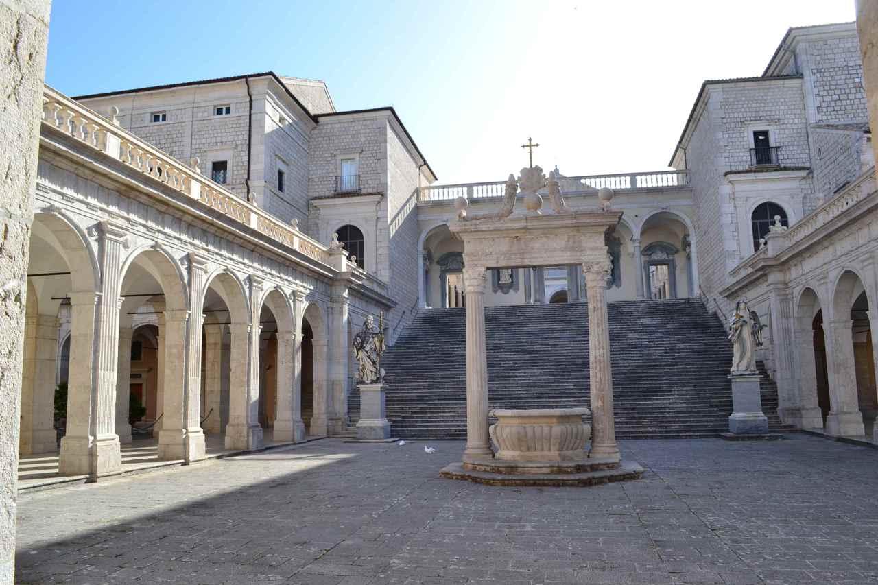 L abbazia di monte cassino distrutta dalle bombe degli for Interno 7 cassino