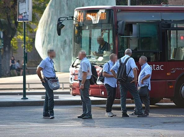 Ragazza finisce sotto il bus, i pompieri la liberano con il cric