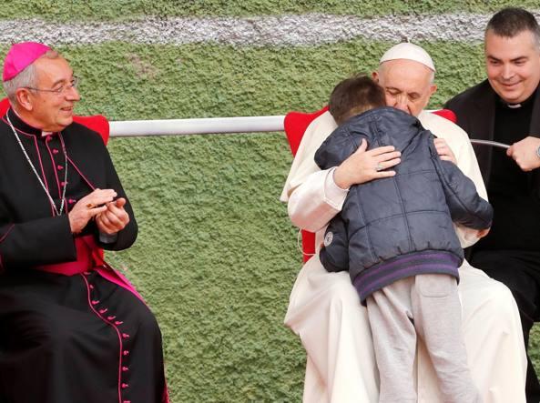 Il bimbo piange per il padre morto. Il Papa: è con Dio