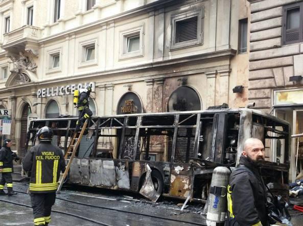 A Roma è esploso un autobus in pieno centro