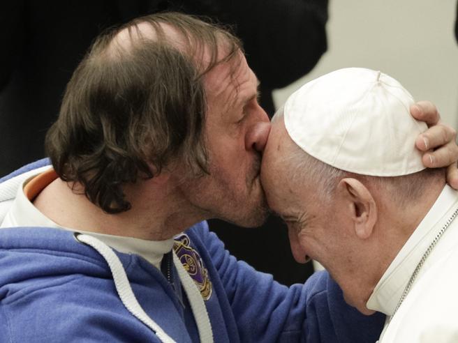 Un bacio in fronte a Papa Francesco commuove tutti