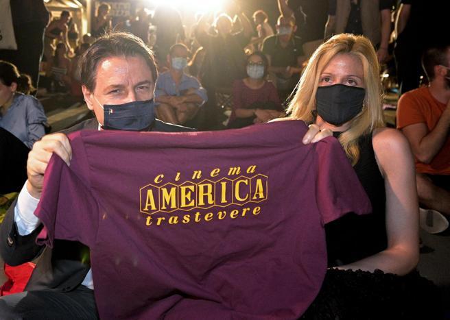 Cinema America, Giuseppe Conte a sopresa all'inaugurazione e si siede per terra