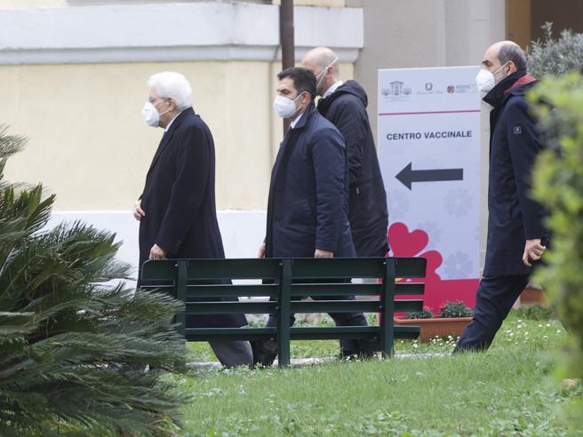 Covid, domani Mattarella si vaccinerà allo Spallanzani