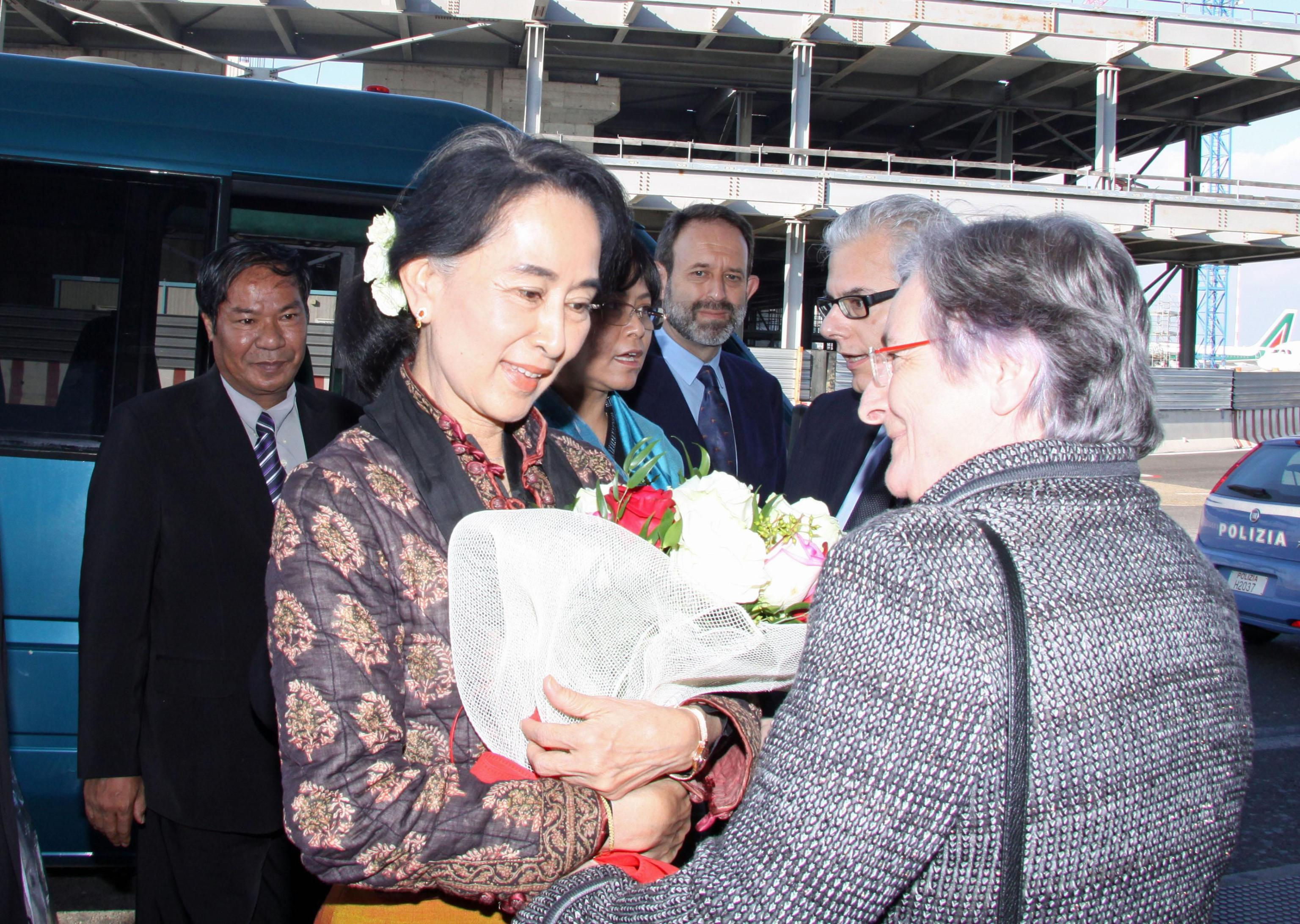 San Suu Kyi  al suo arrivo a Fiumicino (Ansa)