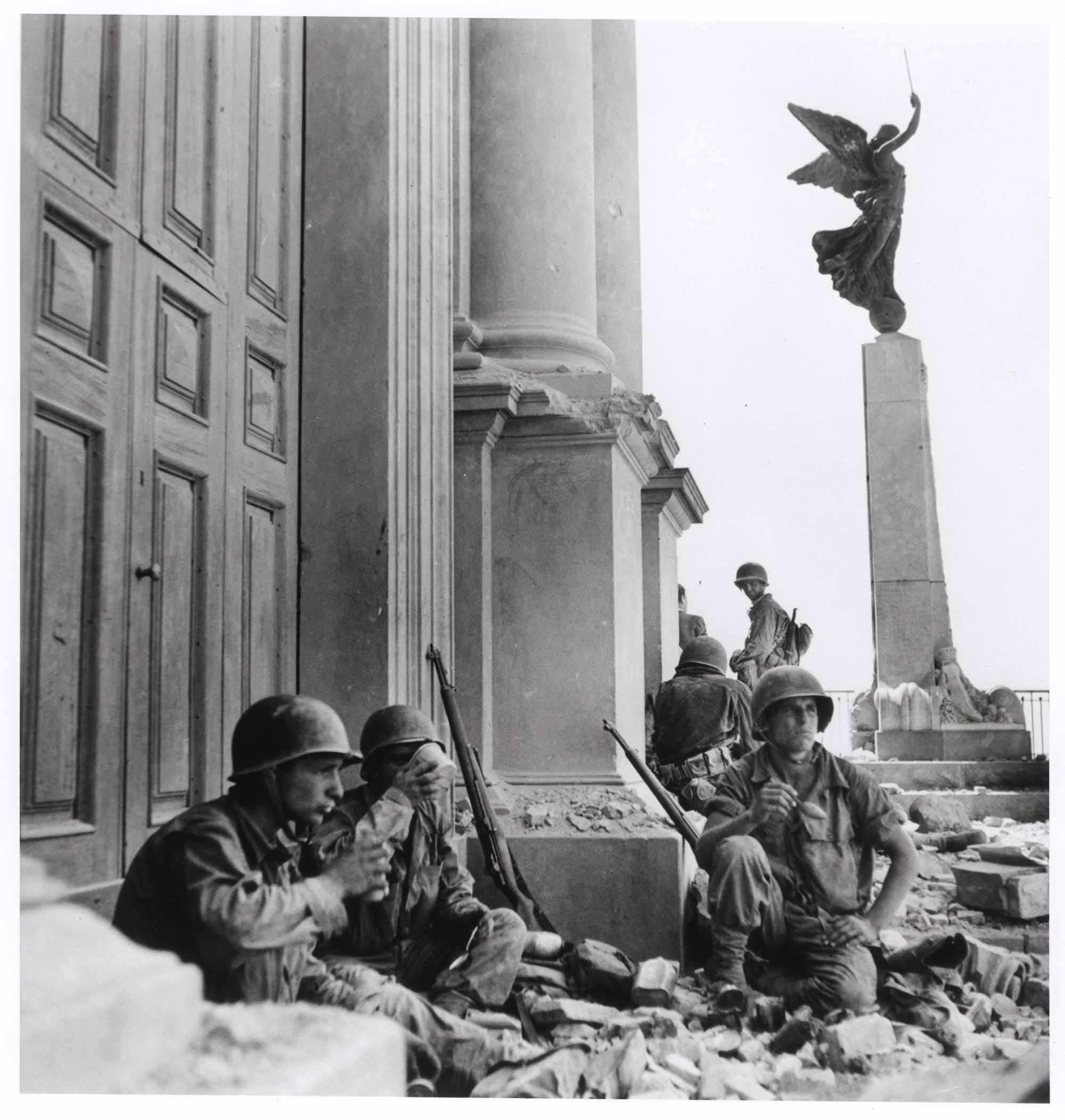 Soldati americani a Troina, di fronte alla cattedrale di Maria SS Annunziata (Robert Capa © International Center of Photog./Magnum)