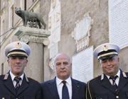 Il tenente colonnello posa tra due dirigenti della Municipale (Jpeg)