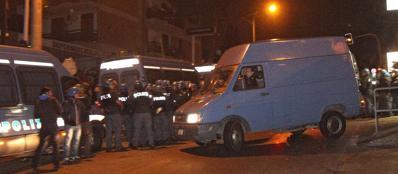 La «fuga» del furgone con a bordo la salma di Erich Priebke, portata da Albano Laziale a Pratica di Mare (Benvegnù e Guaitoli)