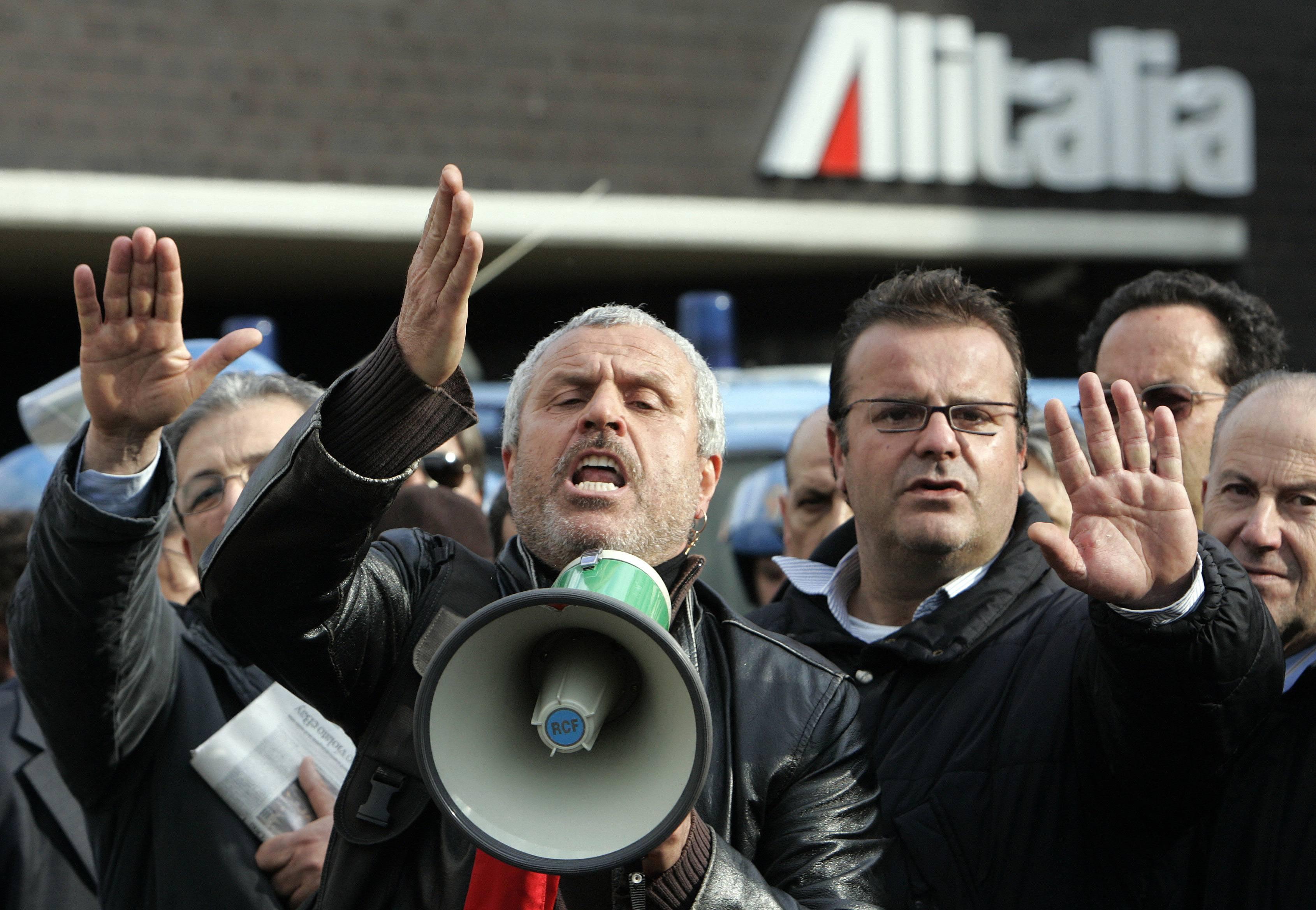 Una protesta dei lavoratori di Alitalia (Reuters)