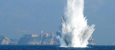 Il «geyser» provocato dalla mina antinave a Gaeta
