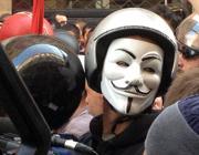 Un manifestante mascherato (Ansa)
