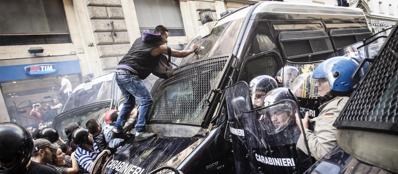 L'assalto al blindato dei carabinieri durante il corteo (Ansa)
