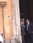 Una immagine dal sito de l'Espresso: Carboni con Martino e Lombardi sulla soglia di ingresso dell'abitazione del coordinatore del Pdl Denis Verdini