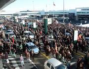 Un corteo davanti ai terminal di Fiumicino (Ansa)