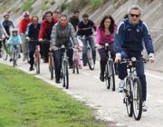 In bici sulla ciclabile lungo il Tevere (LaPresse)