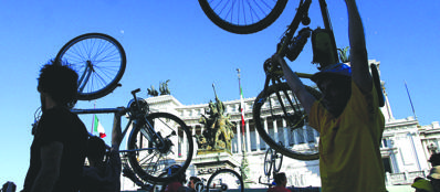 Ciclisti in piazza Venezia a Roma (LaPresse)