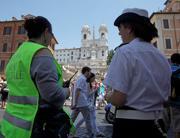 Controlli a piazza di Spagna (foto LaPresse)