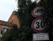 Il divieto di accesso ai mezzi pesanti in via Formia