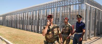 Forze dell'ordine intorno al recinto del Cie Ponte Galeria: 2 dei rivoltosi sono stati espulsi  (Proto)