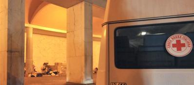 La Croce Rossa interviene tra i senzatetto al villaggio di cartone sotto i portici dell'Eur (foto S. D'Oro)