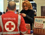 Volontari della Cri preparano i pacchetti per i poveri (foto D'Oro)