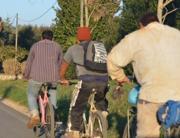 Braccianti indiani in bicicletta a Sabaudia