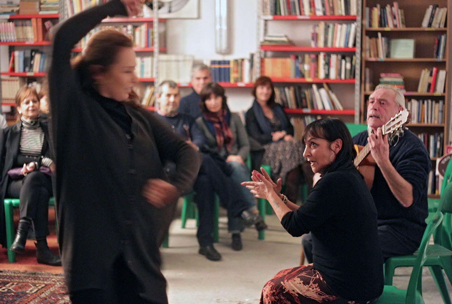 Una lezione di flamenco nella biblioteca (Jpeg Fotoservizi)