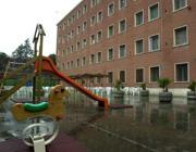 Giochi per i bimbi detenuti nel cortile di Rebibbia a Roma (foto Proto)
