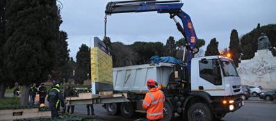 L'opera abusiva di Visalli al Circio Massimo viene rimossa da un camion inviato dal Comune (foto Jpeg)