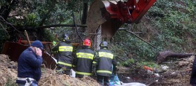 La frana sulle baracche all'Aurelio: tratti in salvo due rom travolti dal fango (foto Ansa)
