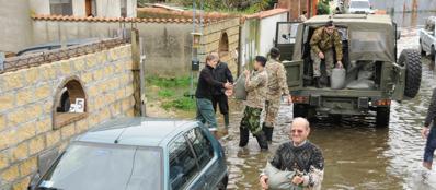 L'Esercito interviene in aiuto della popolazione a Fiumicino e Ostia. Idrovore per ridurre i disagi (Ansa)