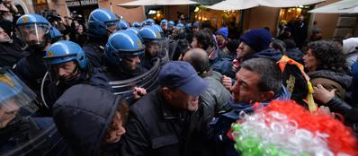 Il cordone di polizia in via degli Uffici del Vicario (Ansa)