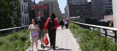 Passeggiata sulla high line a New York: un progetto prefigura la stessa trasformazione per la Tangenziale