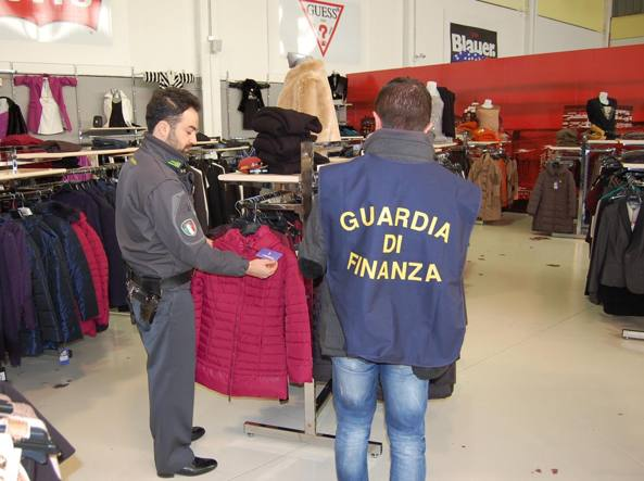 A Latina scoperto outlet di abiti falsi sequestrati 120mila capi: 3 ...