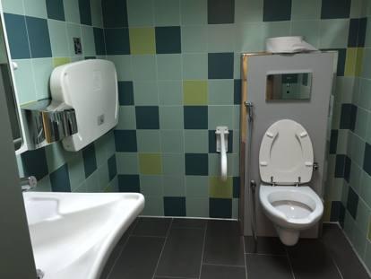 Cede la base dell edicola e spuntano i bagni pubblici degli anni