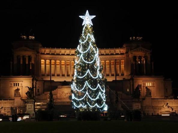 Albero Di Natale Roma.L Albero Di Natale Di Piazza Venezia Triste E Scorticato Cambia Look Corriere It