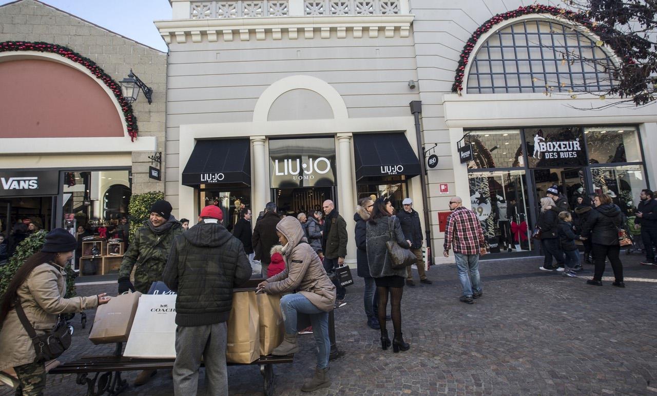 huge selection of 0bab2 e5466 Roma, domenica all'outlet a caccia dei regali di Natale ...