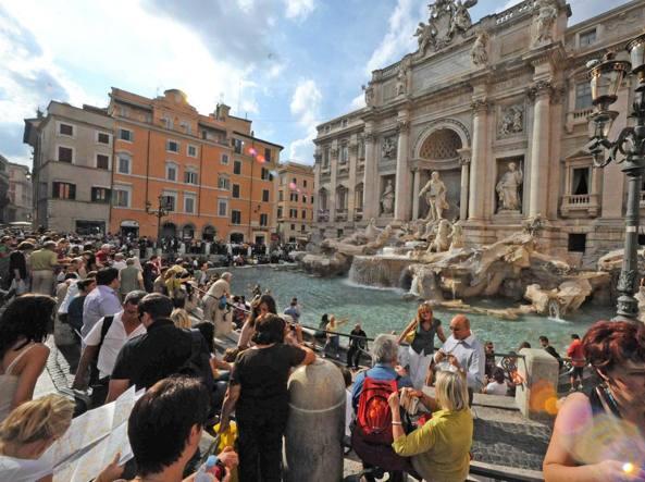 Fontana di trevi un altro oltraggio turista fa il bagno davanti ai