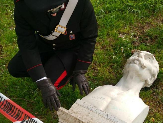Roma, vandali  al Gianicolo: divelti  due busti storici Immagini