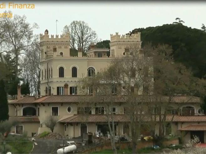 Sigilli al Castello Bracci: resort da 9mila euro al giorno|Video