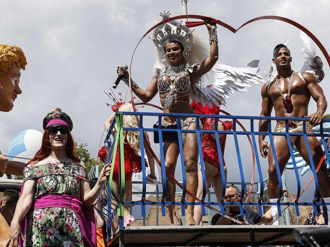 Gay Pride a Roma: «Siamo  centinaia di migliaia». Slogan contro Salvini e Fontana   Foto