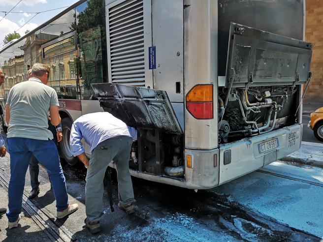 Roma, ancora un bus a fuoco: è il 15esimo dall'inizio del 2018