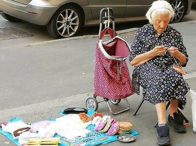 La nonnina che ricama in strada per sentirsi meno sola e  commuove i romani