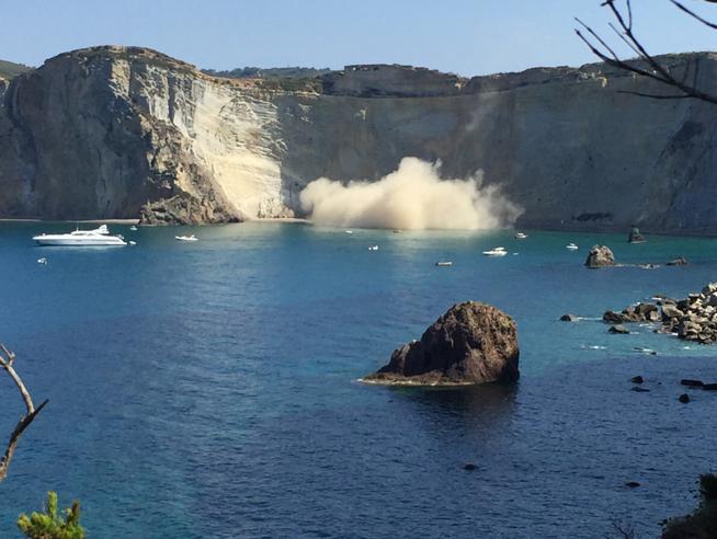 Ponza, crollo di rocce a Chiaia di Luna Paura tra i bagnanti, controlli in corso