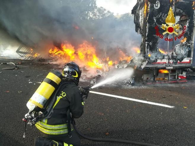 Roma-Napoli, inferno di fuoco: 1 morto nello scontro tra tir VideoQuinto morto in pochi giorni