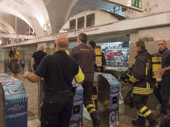8dc72cdef7 Vigilio del fuoco nella metro A per arginare l'incendio del 4 settembre  (LaPresse