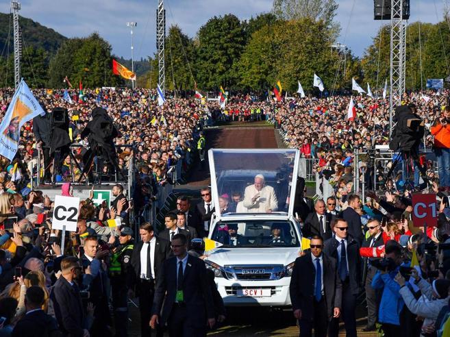 Papa in Lituania: oggi gli ultimi sono disoccupati, anziani e migranti