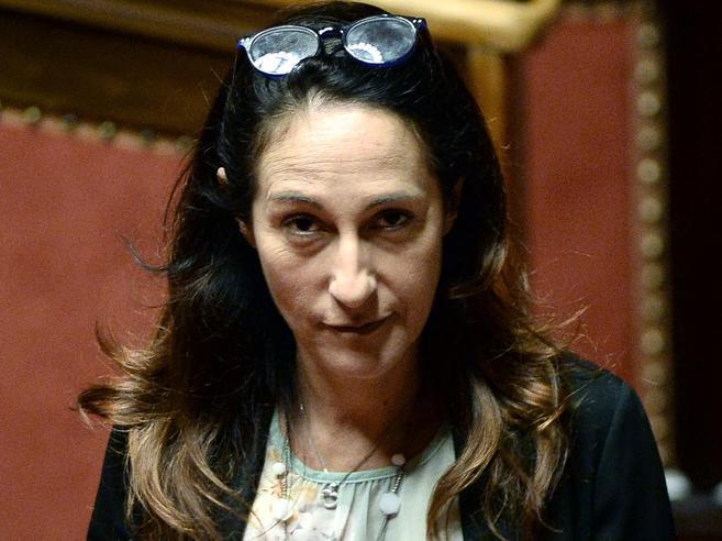 Sfratto alla madre di Paola Taverna Regione: «Raggi  ora deve decidere»