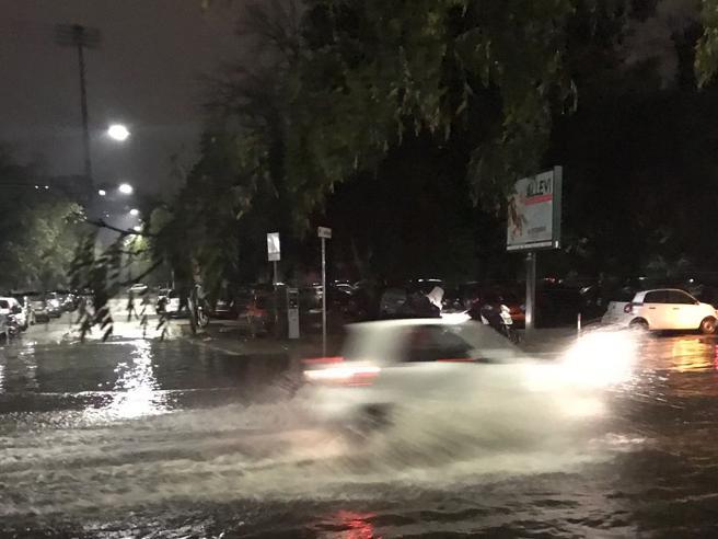 Maltempo a Roma: grandine e strade allagate, soccorsi automo
