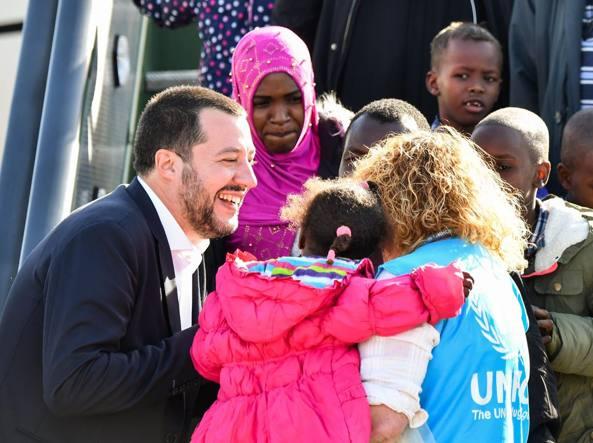 Salvini accoglie 51 migranti del Niger: «Porte spalancate a chi scappa dalla guerra »