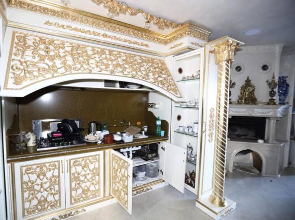 Nelle Ville Della Famiglia Casamonica Oro Stucchi E